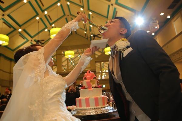 【ウェディングケーキ最初の一口】あなたは誰に食べさせますか?