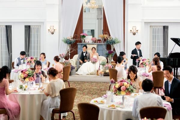 【結婚式でゲストと心の距離をぐっと近づけるアイテム!】メイン席をソファーに変えてみよう♪