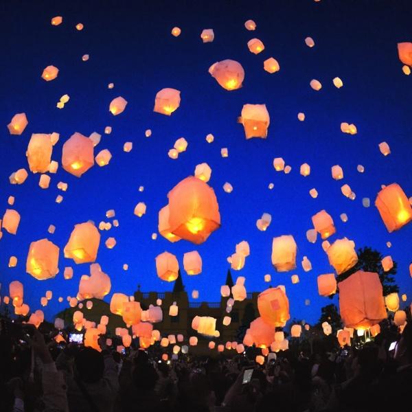 【ついに前撮りで登場!空間演出のスカイランタン】夜空に輝き新郎新婦を包み込む感謝の光☆彡
