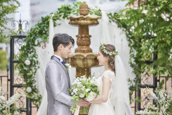 【結婚式では新郎新婦の立ち位置が大事!】二人で一緒に歩くときは彼の右側?左側?