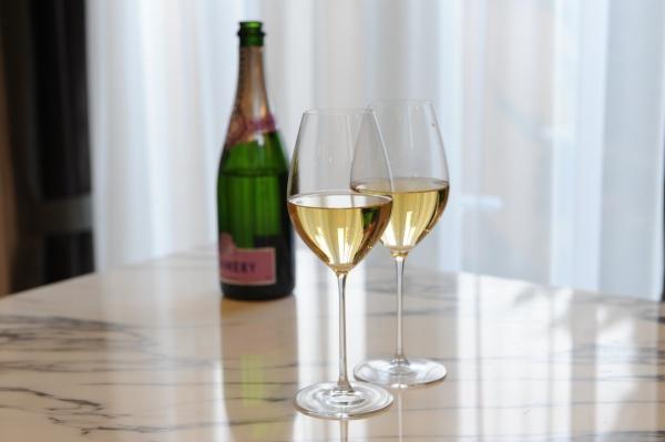 【結婚式の時に必ず行う\乾杯/の意味とは?】シャンパンの『乾杯』にまつわるロマンティックな由来★