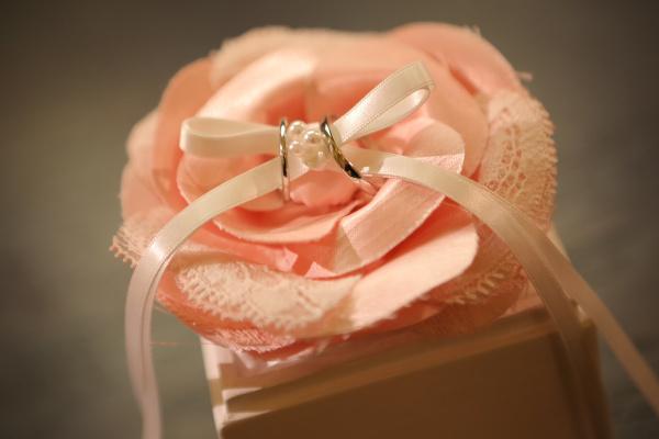 【永遠の愛を誓ったあとは愛する我が子へ❤】リングピローに込められた意味と結婚式後の使い道とは?