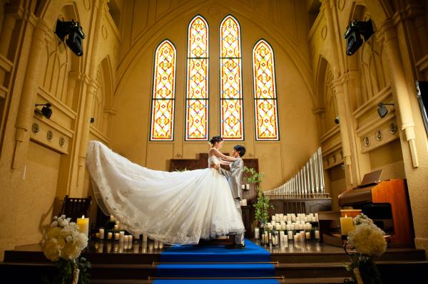 新潟県三条市 長岡市 新潟市 結婚式場 ピアザデッレグラツィエ  インスタライブ ウェディングドレス 青いバージンロード 後ろ姿 前撮り 撮影