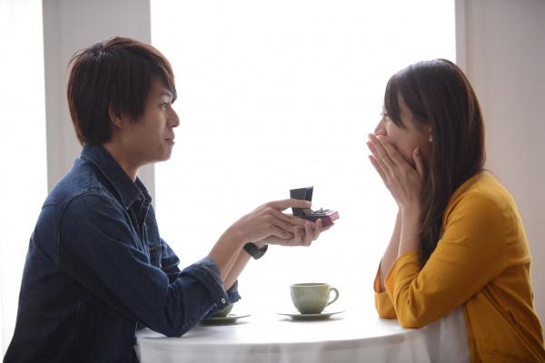 【婚約指輪のお返しって何がいいのかな?と考え中のあなたへ】プロポーズには感謝の気持ちを込めた贈り物を!